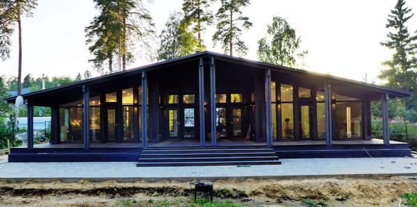 Шведский каркасный деревянный дом фахверк шале. Одноэтажный проект с панорамным остеклением и отоплением, с верандами, обшивка планкен лиственница