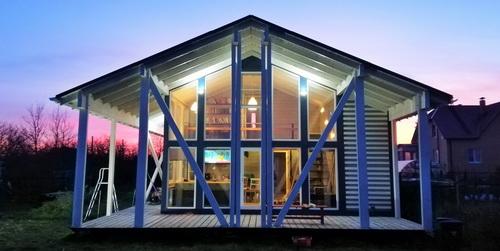 Шведский каркасный дом строительство таунхаус. Проект с верандами, кладовыми, навесами и кухней