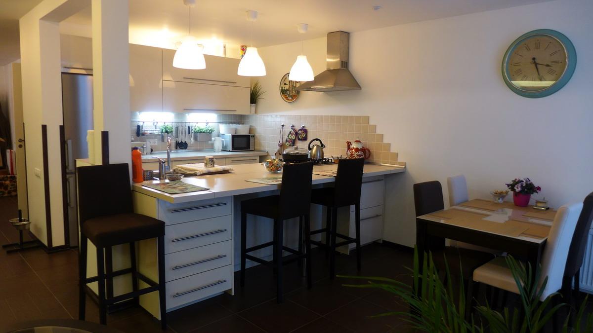 Фахверковый шведский дом под ключ fachwerk. строительство с полной отделкой деревянного дома, обои покраска плинтусы ламинат. кухня